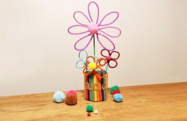 Пролетно вдъхновение: Декоративна ваза с цветя от цветни шнурчета